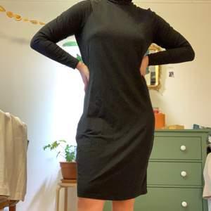 Mörkgrå långärmadklänning med polokrage från Lindex. Använd ca. 5-7 gånger så i fint skick! Materialet är väldigt mjukt och skönt. Passar S-XL beroende på hur man vill att den ska sitta.