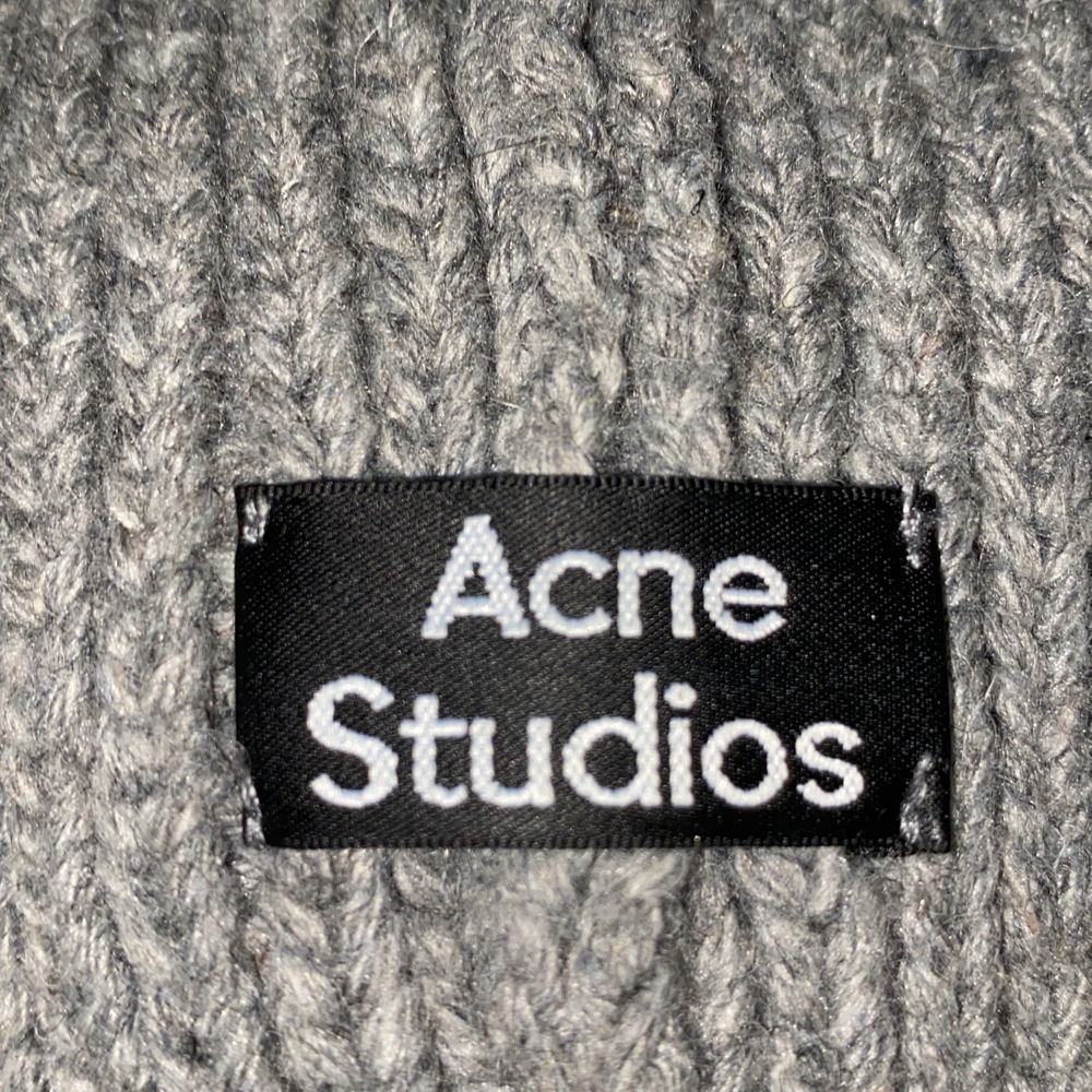 Acne Studios Mössa som har andvänts en gång, har redan för många mössor så säljer.  Vet tyvärr inte om den är äkta eftersom jag fick den i prisent från min kompis❤️  Men super snygg och inga skador❤️. Accessoarer.