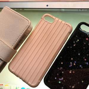 """#iphoneskal! säljer 3st iphone skal som passar iphone 6,7 och 8!! Ett rosa plånbokskal, ett rosa skal som """"liknar en resväskas mönster""""🧳och ett svart skal med glitter och stjärnor✨✨ Säljer en för 18kr + frakt! 2 för 28kr + frakt och 3 för 38kr + frakt💞💞"""