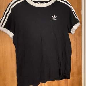 Adidas t shirt i bra skick! Säljs då den inte kommer till användning! Storlek 38 Köparen betalar frakt