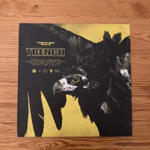 "Twenty one pilots album ""Trench"" på svart vinyl. Perfekt skick. Nypris 400kr. Köparen betalar frakt."