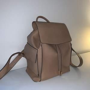 Hej! 💞 Säljer denna super praktiska och fina ryggsäcken köpt från Parfois för 359kr men jag säljer den för endast 50kr+ frakt! Den är perfekt för skola eller jobb då man får plats med massa böker + dator! 🥰