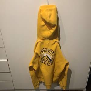 En gul och fin luvtröja från H&M som endast såldes i ett fåtal exemplar. Trycket är på ryggen och är fortfarnes väldigt fin.