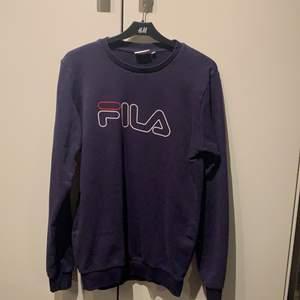 Mörkblå sweatshirt från FILA. Ca 1 år gammal använd väldigt snålt. Inga slitningar och trycket är kvar, ny pris 400kr.