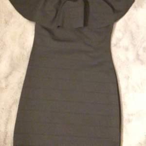Säljer dessa två figursydda offshoulder klänningar med volanger, båda passar till storlek S.🖤💚