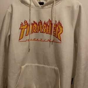 Fake vit thrasher hoodie köpt här på plick! Inte min stil längre, passar XS-S inte så oversized. 350kr inkl frakt!