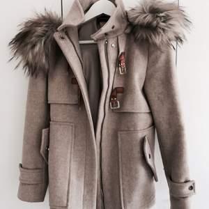 Beige populär Zara kappa i storlek xs. Passar en lite större xs eller mindre s. Fint skick. Avtagbar luva med fake päls