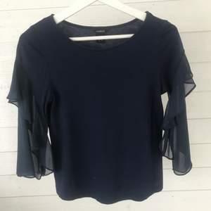 Har även denna blus i mörkare blå från Lindex, den har också detaljer på ärmarna och är i storlek xs💕