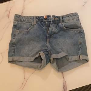 Ej använda råkade köpa i fel storlek. H&M jeans storlek 34. Normal hög midja. 50kr + frakt
