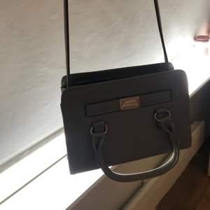 Väska som tyver inte kom till någon användning med ett långt band och två små på vardera sida!
