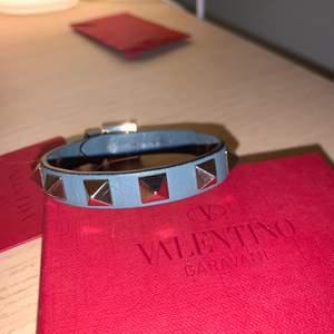 Säljer mitt Valentino armband då jag har sötat och används armbandet. Armbandet är ca ett halv år gammalt lite slitningar på insidan men inget man tänker på annars är den i jätte fin. Köptes för 1700 kr på Nk i Göteborg💕