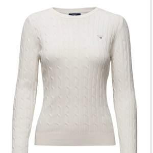 Säljer min vit stickade tröja från gant. Storleken är s men kan även passa en som är en större xs. Använd ett fåtal gånger. Frakt tillkommer om man inte bor i Göteborg 🌸 frakten ligger på 65 kr!