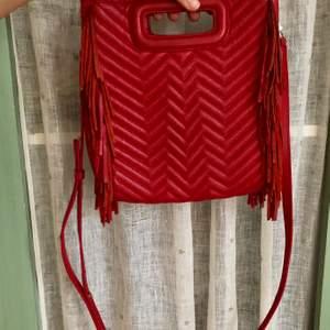 Maje quilted leather M bag i röd. Superball röd fransväska köpt i maje butiken på NK!Väskan är använd men i fint skick. Dessvärre är loggan mer sliten (se sista bilden) därav det lägre priset. Dustbag och medföljande strap medkommer! Nypris ca 2400kr :)