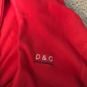 Jätte fin röd munkjacka med dragkedja från D&G!🌹     Strlk XL men passar jätte bra på mej som har strlk S  endast använd en gång så skick är 10/10! Nypris låg på 170 kr säljer för 70 kr+frakt eller upphämtning 🍂
