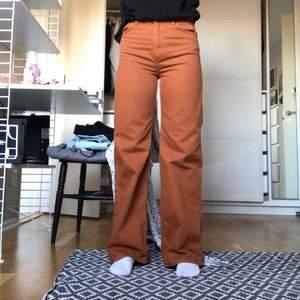 Wide leg jeans från monki i modellen Yoko (nypris 400kr). Superfin mörkorange/brun färg som passar perfekt nu till hösten 🧡 Köpta förra hösten och sparsamt använda. Frakt 79kr 🤎 (säljer även samma modell fast gröna)