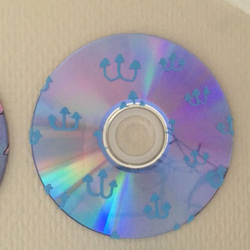 En cd skivad målad med blå ankare. . Övrigt.