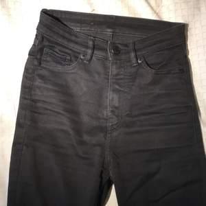 Fint skick. Svarta, tighta, högmidjade jeans från monki.