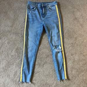 Snygga jeans från Bershka, knappt använda då jag har många ljusa jeans💞 Ganska stretchiga så passar 34/36 och köpta i Spanien för 2 år sen. Frakt tillkommer