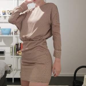 Så fin klänning från Zara. Perfekt skick, använd 1 gång. Jag på bilden är 174cm. Möts i Stockholm, helst på Södermalm. ❤️ Paketpris kan fixas vid köp av flera plagg.
