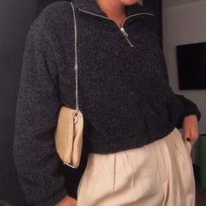 Supermysig, varm slutsåld zip sweater från Weekday som passar perfekt nu till hösten! Oversize i storlegen men croppad💕 Frakt tillkommer inte!
