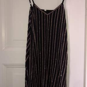 Säljer en jättefin klänning som tyvärr är för liten. Aldrig använd endast provad. Fick som prov av en fabrik i affär skulle kostat 2500kr. Klänningen är ganska tung att hålla men på märks det inte av. Passar S men också lite större på Xs. Vid snabb affär kan priset sänkas. Bjuder på frakten.