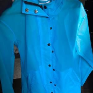 Regnjacka storlek s. Köpt på Urban outfitters. Den är blå och lite genomskinlig.