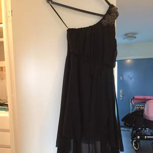 Lång klänning med en axelband. Perfekt som nyårsklänning. Skickas gärna mot postförskott. Har flera saker ute samfraktar gärna.
