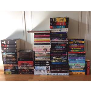 Säljer alla dessa böcker på grund av att jag antingen inte har läst dem eller inte kommer att läsa om dem. Alla böcker är i bra skick då de bara stått i en bokhylla. Alla böcker är på engelska förutom de två som står upp längst till höger. Skriv vilka böcker du är intresserad av så skickar jag ett pris där frakt ingår ✨ / Jag har publicerat en nya annons med de böcker som finns kvar!