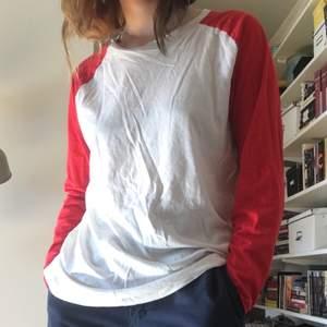 Cool och skön basebolltröja med röda långa ärmar från Weekday, storlek M, rätt stor på mig som brukar ha S-XS, ärmarna går över händerna lite. ⚾️❤️ fraktkostnad 44 kr men kan även mötas upp i stockholm.