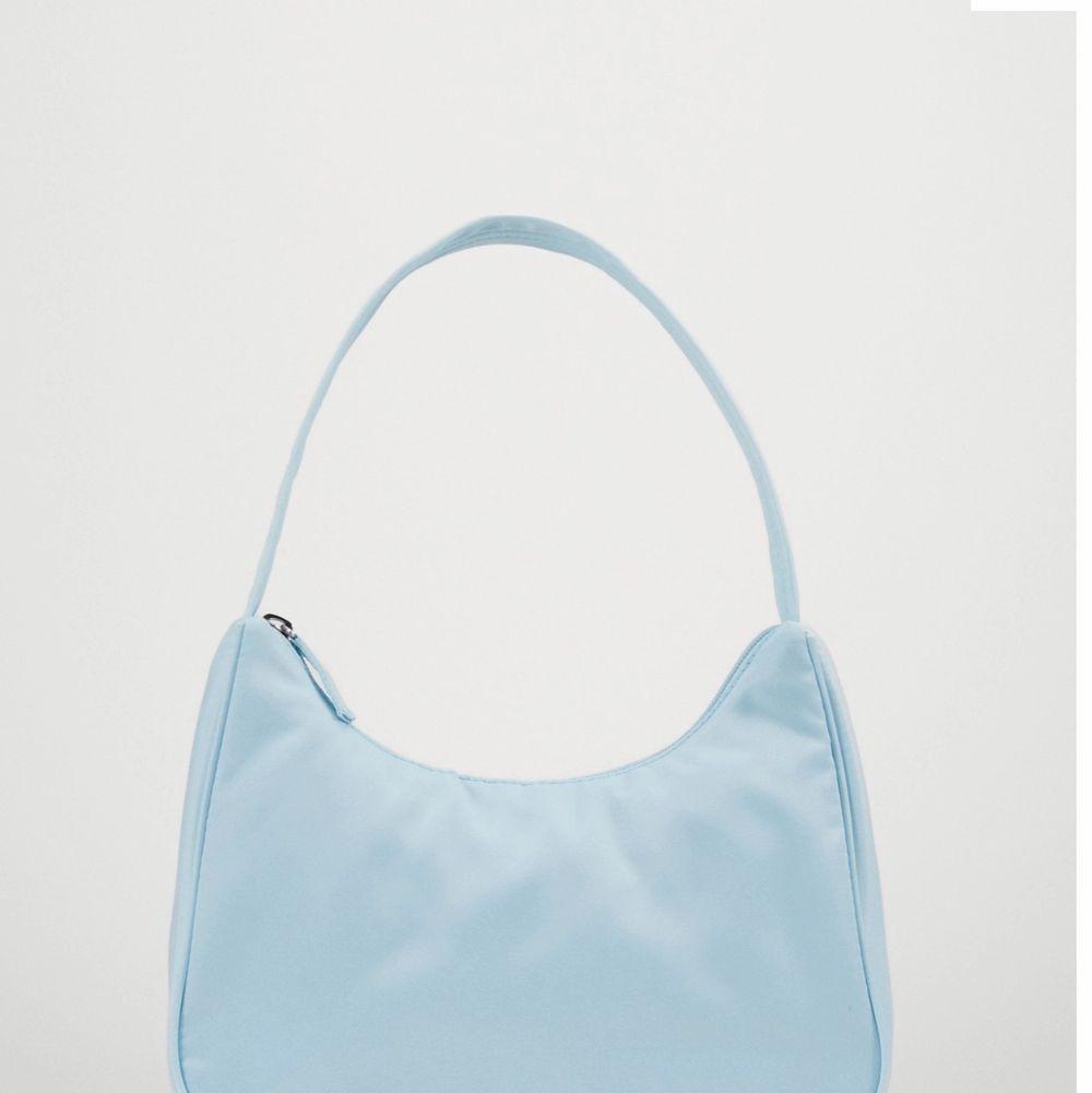 """Superfin blå """"Hilma väska"""" från monki. Mycket efterfrågad och slutsåld. Endast använd en gång, sedan har den bara hängt på en krok i mitt rum så den är i myxlet fint skick . Accessoarer."""