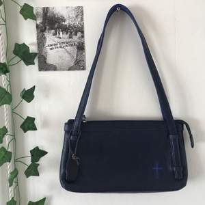 supercool mörkblå handväska. i nyskick, men köpt secondhand. står att det är äkta läder. + 44kr frakt. <3
