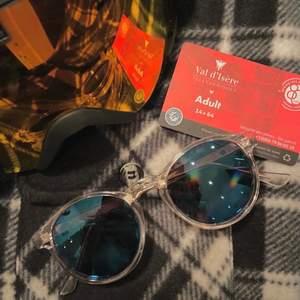Hej! Jag säljer dessa kvalitativa solglasögon i 3 färger då dem är från ett UF företag och vi blev kvar med ett stort lager eftersom beställningen kom månader försent pga Covid-19. Solglasögonen har ett Uv certifikat 400 vilket kan jämföras med samma kvalite som solglasögon som Rayban, Chimi, etcetera.