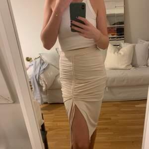 Snygg kjol i champagne färg o stretchigt material från Nelly.com Endast använd en gång! 💕 Köpare står för frakt