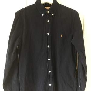 Velour by nostalgi blå manchester skjorta, storlek S