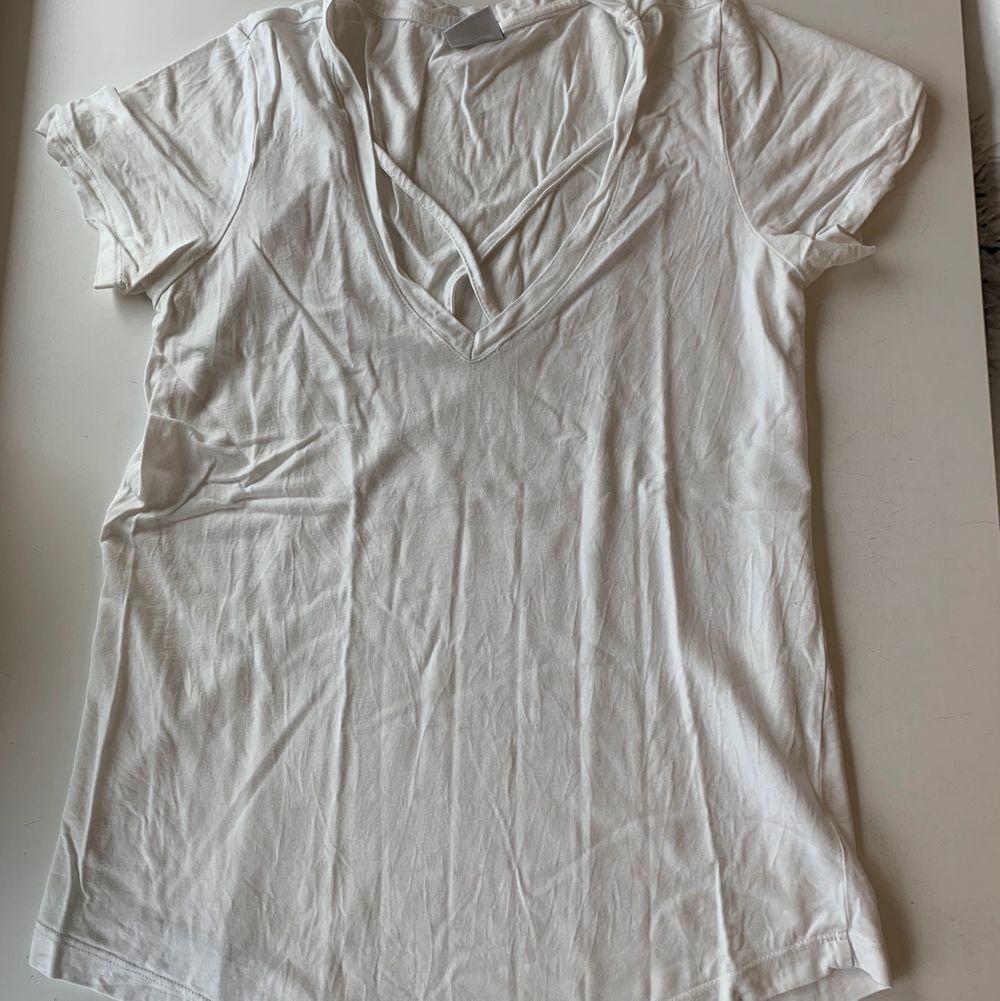Budgivning i kommentarerna, från 50kr, frakt ingår ej. Jag säljer en vit t-shirt med fin hals i st XS från Gina tricot. Fint skick, super skön. Swipe för fler bilder.. T-shirts.