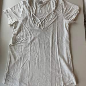 Budgivning i kommentarerna, från 50kr, frakt ingår ej. Jag säljer en vit t-shirt med fin hals i st XS från Gina tricot. Fint skick, super skön. Swipe för fler bilder.
