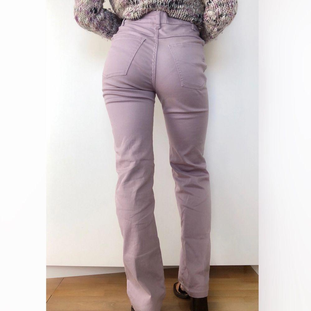 Vintage jeans i stretchigt chinosmaterial. Strl 36. Midjemått: 66 cm, innerbenslängd 73 cm. Väldigt fint skick! +frakt 55 kr 💫. Jeans & Byxor.