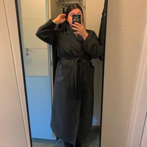 Super comfortable long coat with super comfy fabric for sale! I'm 158cm, so it's too long for me but so beautiful!! Only been used a couple of times, very good condition.