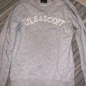 Säljer dessa sweatshirts i båda storlek Xs, båda tröjorna säljs för 300 tillsammans. Vill bli av med dom så fort som möjligt , knappt använda och väldigt bra skick!