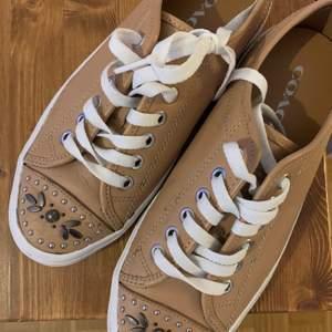 Sneakers med strass. Från COACH. Bra skick