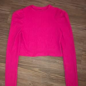 Snygg Neon tröja med puffärmar perfekt till neon festen!! Endast använd en gång (då jag var på neonfest) men säljer den nu. Tror den är i strl S, och jag säljer den för 40kr✨ köparen dtår för frakten🤩🥰
