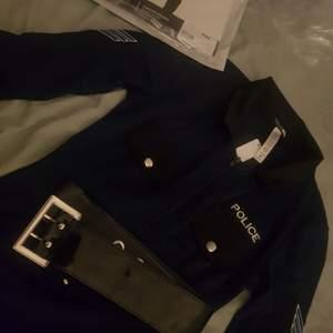 Säljer 2 polisbodys från Fashionnova pga att jag råkade göra en felbeställning, den ena är i storlek XS och den andra i S. Skitbra material och passar perfekt för halloweenfest 🎉