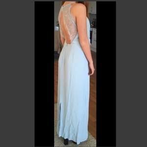 Säljer min fina balklänning i ljusblått strl XS-S från Samsoe & Samsoe. Använd en kväll och kemtvättad efter det. Köpt för ca 1800. Jag är 165cm och har 10 cm klackar på bilden