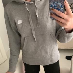 Grå acne hoodie i storlek xxs men passar ändå mig som är 175 cm lång. Använd ett antal gånger men är som ny.