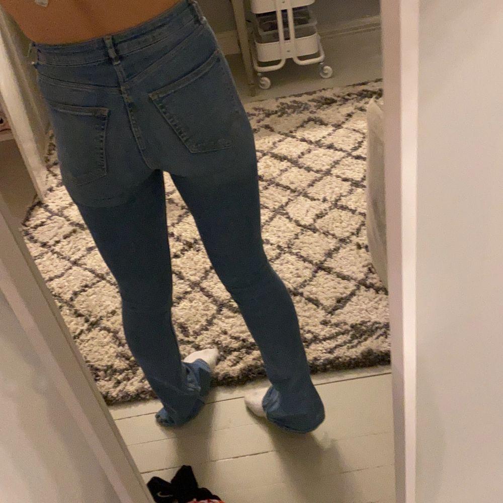 Säljer mina blåa ZaraJeans med slits, nästan helt oanvända... pris är inkl frakt💞💞💞. Jeans & Byxor.