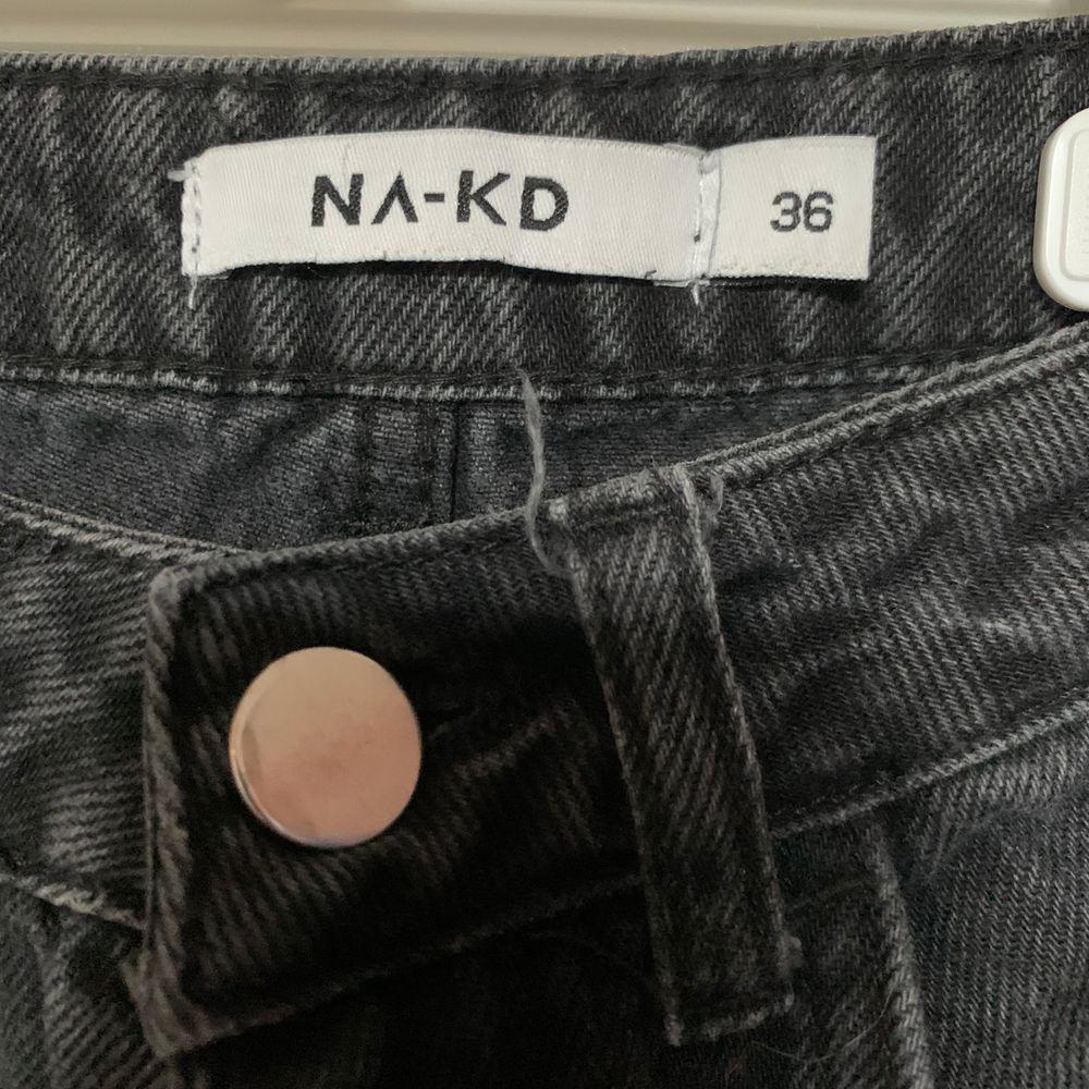 FRI FRAKT! Svarta jeans från NAKD med ormbroderi på ena benet. Flitigt använda men i bra skick! Längdmässigt skulle jag säga att ca165cm passar, jag är 168 och de är lite korta på mig. Köparen står för frakten! Skriv på chatten för frågor/fler bilder. Jeans & Byxor.