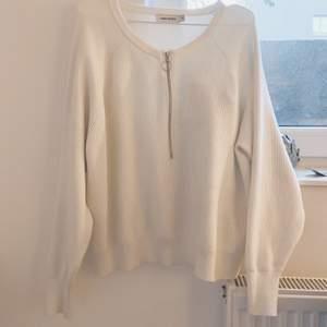 🤍 Stickad mysig tröja från Carin Wester! 🤍 Köpt här på Plick men kommer inte till så mycket användning. Köparen står för frakt. Djur/rökfritt hem