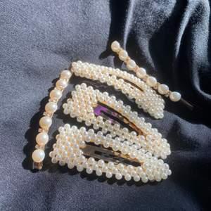 Säljer dessa jättefina pärl-hårklämmor🤍 De är i nyskick.   Köparen står för frakten som är 11kr oavsett hur många du väljer att köpa🤍 Pris: 25kr för de stora & 20kr för se små