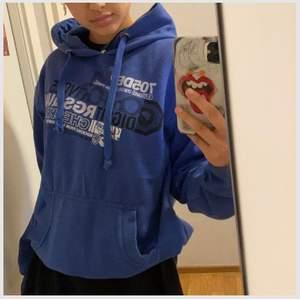 Vintage hoodie köpt på humana, frakt: 63kr. Står att det är storlek M men passar S bättre.
