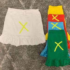 En snygg härlig gul färg! En kjol med volang nedtill! 🦋 med snörning. Passar både M och L